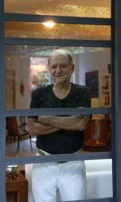 Marcílio Moraes em sua casa na Gávea: plano faz parte do filme - Fabio Rossi / Agência O Globo